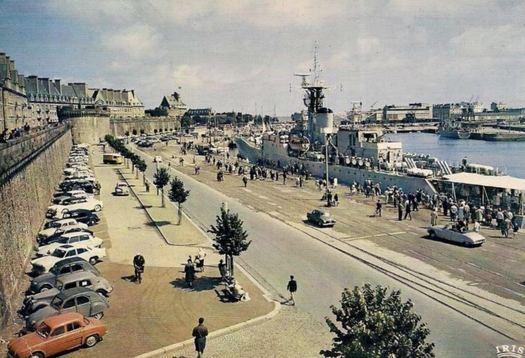Visiter Saint-Malo Carte postale de Saint-Malo avec vieilles voitures