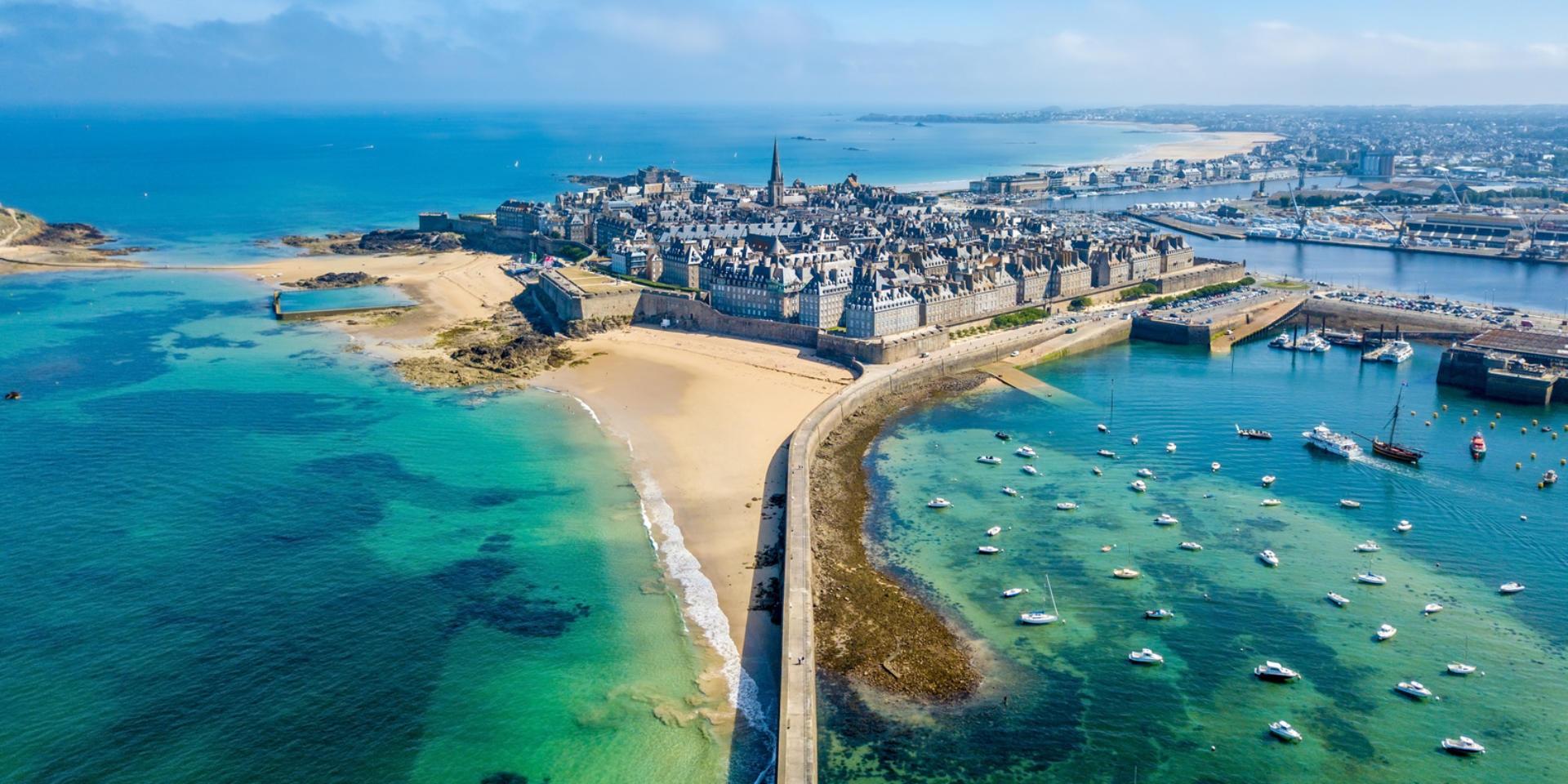 Saint-Malo et La Cité Corsaire. Plus belles villes à visiter en Ille-et-Vilaine Bretagne.